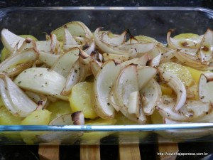 Batata assada no forno com cebola