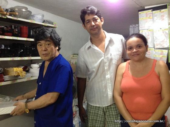Equipe da Mercearia Fuji: da esquerda para a direita: Yunoki-san, Marcelo e Patricia