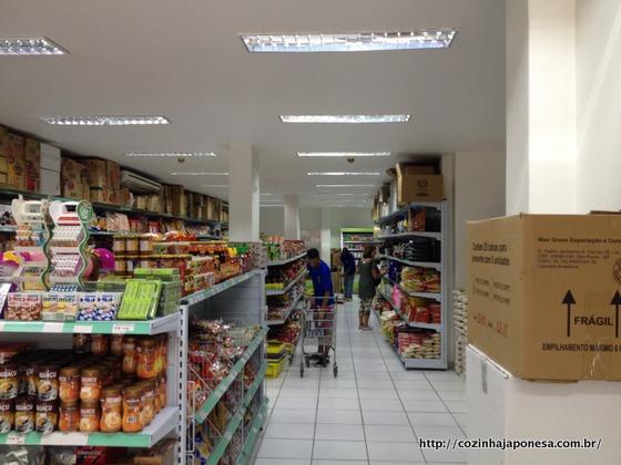 Mercearia Jinlong: corredor à direita de quem entra na loja