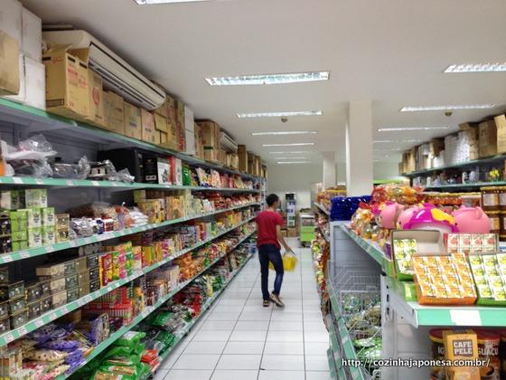Mercearia Jinlong: corredor à esquerda de quem entra na loja
