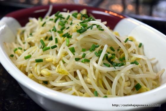 Salada de broto de feijão (moyashi no aemono)