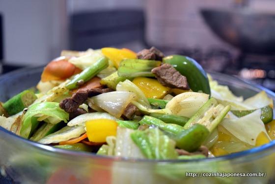 Legumes fritos com carne na manteiga (batayaki)