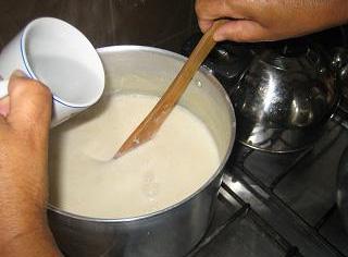 Como fazer tofu - foto 9: misturar o sal amargo dissolvido no leite