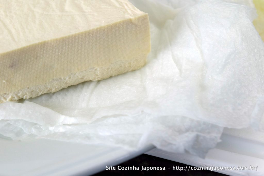 Tofu seco - detalhe da absorção de líquido pelo papel toalha