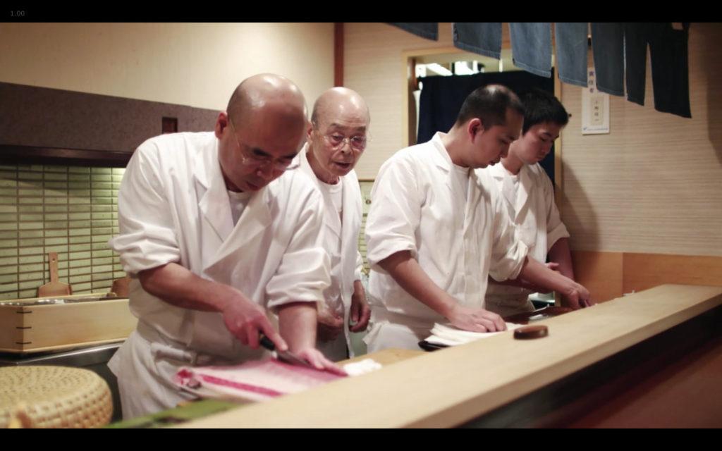 Cena de Jiro Dreams of Sushi: chef Jiro Ono supervisiona o trabalho