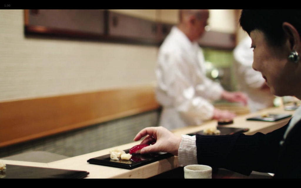 Cena de Jiro Dreams of Sushi: pegar sushi com as mãos