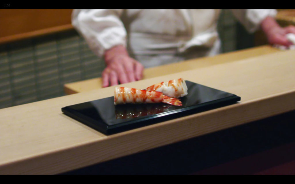 Cena de Jiro Dreams of Sushi: preparo do sushi de camarão, modificado por inovação incremental de Jiro Ono