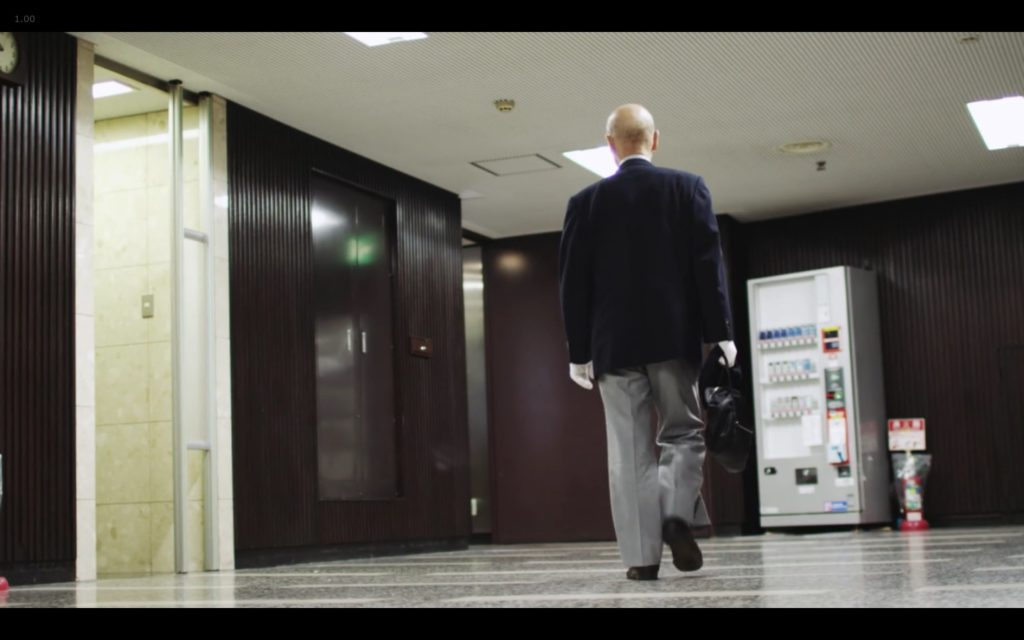Cena de Jiro Dreams of Sushi: Jiro Ono caminhando no metrô