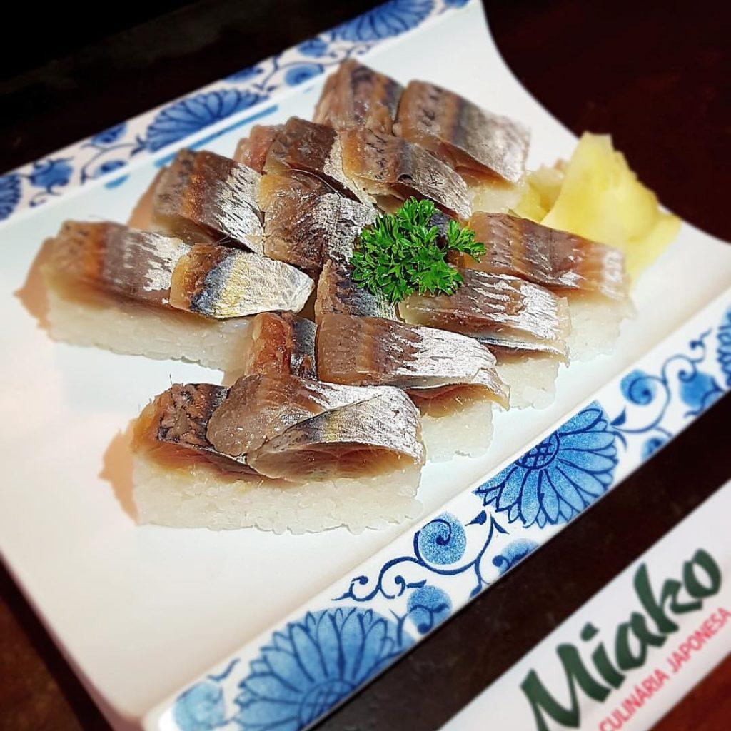 Sardinha curtida e prensada em arroz de sushi - Restaurante Miako