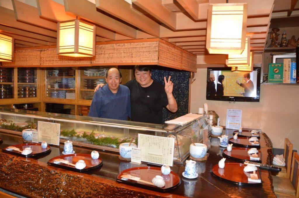Sany e seu mestre Jyuubei-san no restauranteJyuubei Sushi (Hachioji,Tokyo)