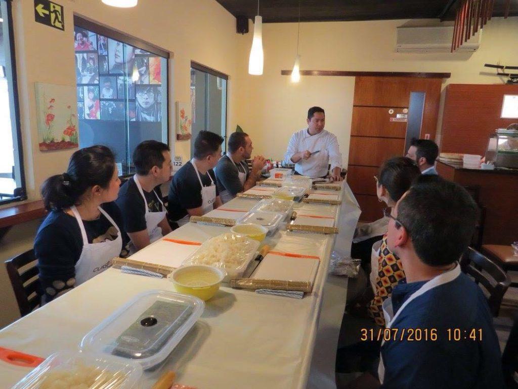 Professor Hiro Ozono e turma do curso de sushi